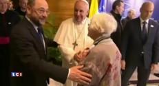 Le Pape rencontre une vieille femme qui l'avait hébergé en 1985