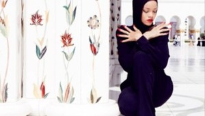"""Surprise en train de prendre des poses dites """"suggestives"""" dans une mosquée d'Abou Dhabi, la chanteuse a dû quitter les lieux."""