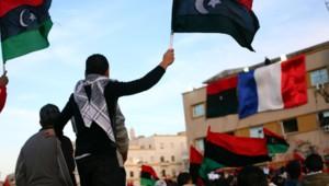 Un drapeau français est hissé sur un immeuble de Benghazi le 12 mars 2011 après la reconnaissance par Paris du Conseil libyen national.
