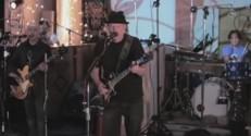 Neil Young dans son nouveau clip, A Rockstar Bucks A Coffee Shop.