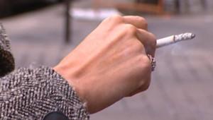 TF1/LCI : Un fumeur lors d'une pause-cigarette