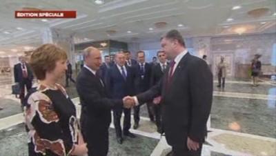 Vladimir Poutine et Petro Porochenko échangent leur première poignée de main depuis des mois.