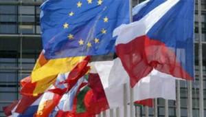 Drapeau européen et drapeaux de pays membres de l'UE