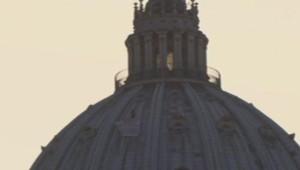 Un homme d'affaires italien s'est hissé le 29 mars 2014 sur le dôme de la basilique Saint-Pierre pour appeler le pape François à venir en aide aux victimes de la crise économique en Italie.