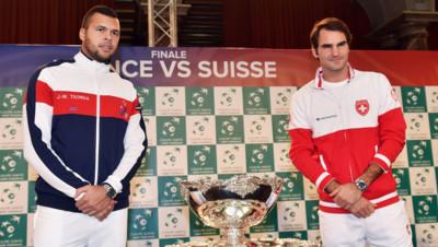 Jo-Wilfried Tsonga et Roger Federer lors du tirage au sort de la finale de la Coupe Davis, le 20 novembre 2014 à Lille.