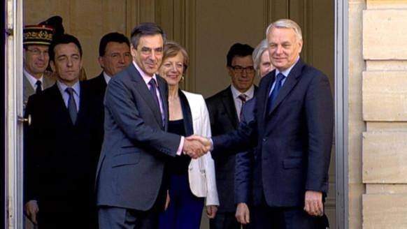 Jean-Marc Ayrault et François Fillon accompagnés de leur épouse, à Matignon, le 16 mai 2012.