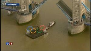 Les anneaux olympiques arrivent en bateau à Londres