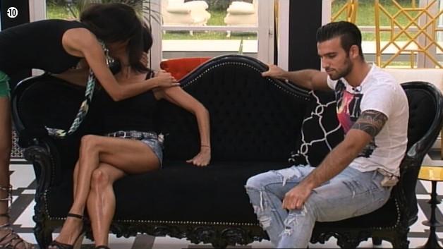 Leila remercie Nathalie de ne pas l'avoir critiquée ces derniers jours.