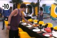 Les habitants découvrent la table dressée dans le jardin pour la soirée barbecue.