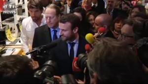 Toujours barbu, Macron accueilli par une nuée de journalistes
