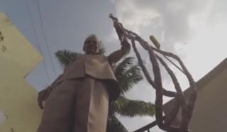 2 mètres au bout des doigts : cet Indien n'a pas coupé ses ongles depuis 62 ans