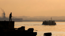 Un bateau s'éloigne dans le port de La Havane en 2009