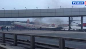 Un avion de ligne russe qui s'est brisé après une sortie de piste à Moscou, le 29 décembre 2012.