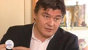 David Douillet présente le badge que porteront les relayeurs à Paris