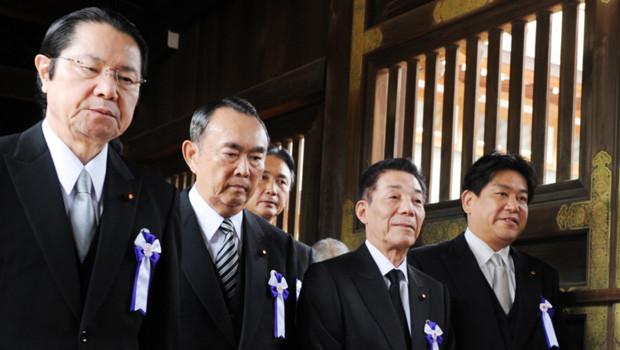 Japon : Jin Matsubara, chargé notamment de la sécurité publique, et Yuichiro Hata, ministre des Transports, visitant le sanctuaire controversé de Yasukuni (15 août 2012)