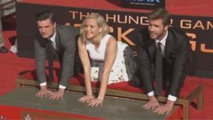 Jennifer Lawrence Josh Hutcherson et Liam Hemsworth étaient à Los Angeles ce samedi pour marquer de leurs empreintes un bloc de béton.