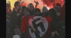 Des hooligans déploient des symboles nazis durant un match de Coupe à Moscou.