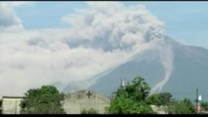 Guatemala : épais nuage de fumée au-dessus du volcan de Feu