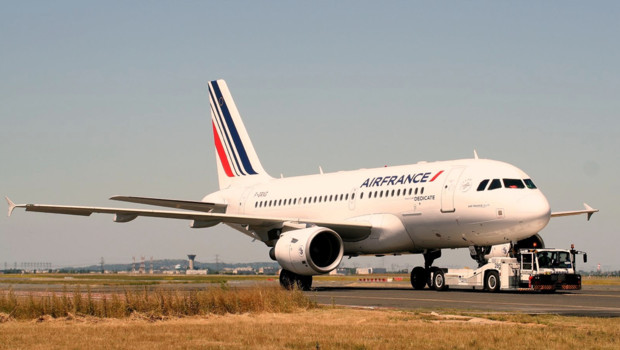Un avion d'Air France devant le terminal T1 de Roissy