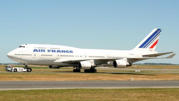 Un avion d'Air France devant le terminal T1 de Roissy