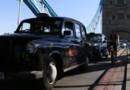 Un taxi londonien sur le Tower Bridge en juillet 2012.