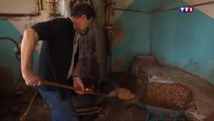 Fabriquer des cierges avec de la cire d'abeille, un gage de qualité