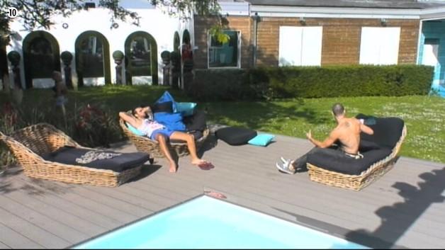 Finalement, Aymeric et Steph préfèrent retourner au bord de la piscine pour profiter du soleil.