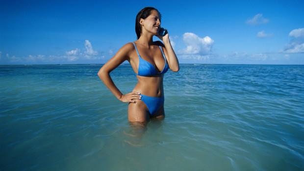 Une femme téléphonant dans l'eau.