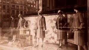 Une vitrine du Bon Marché, à Paris, photographiée en 1926