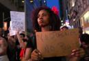 Des afro-américains manifestant dans la rue contre les discriminations.