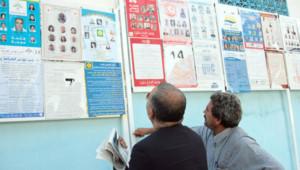 Tunisie : électeurs devant des panneaux électoraux à Sousse, 19/10/11