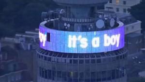 """""""C'est un garçon"""", annonce une tour de Londres à l'annonce de la naissance du """"royal baby"""" le 23 juillet 2013"""