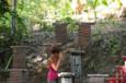 Koh-Lanta Vietnam - Audrey enregistre la position et l'inscription de l'idéogramme qu'elle vient de voir...