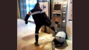 Le vigile lui a assené plusieurs coups de pied violents.
