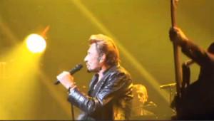 Johnny met le feu sur scène à New-York : les images