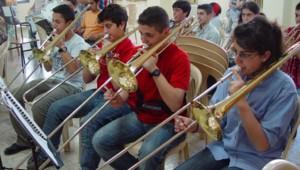 Les jeunes élèves de l'école d'orchestre d'harmonie Lebam en répétition.