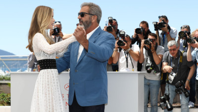Mel Gibson et Erin Moriarty en pleine valse pour le photocall de Blood Father lors du 69ème Festival de Cannes le 21 mai 2016