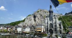 L'église de Dinant en Belgique, bordant la Meuse