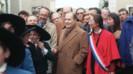 Le président François Mitterrand accompagné de Philippe Marchand et Ségolène Royal dans les rues du village d'Arçais, le 4 février 1992