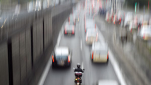 Une moto circulant entre deux files de circulation