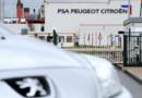 Une voiture Peugeot devant l'usine PSA de Rennes, le 12 juillet 2012.