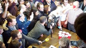 Alain Juppé a rencontré des jeunes dans un bar du XVIIIe arrondissement de Paris, le 30 janvier 2016.