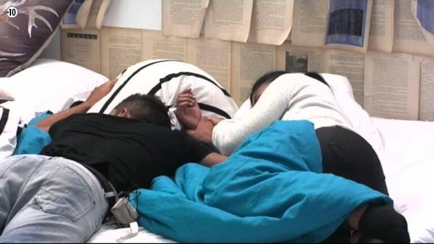 Jessica et Vivian font une petite sieste.