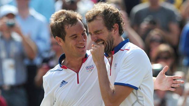 Julien Benneteau (d) et Richard Gasquet (g), après avoir gagné la médaille olympique de bronze face aux espagnols en double de tennis, le 4 août 2012, à Londres.