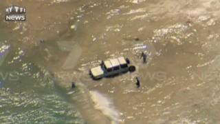 Pour fuir la police, il fonce en voiture dans l'océan !