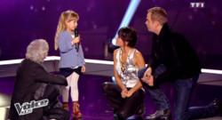 Gloria, 6 ans et benjamine de la saison 1 de The Voice Kids, entourée de Louis Bertignac, Jenifer et Garou. Août 2014.