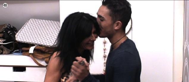Nathalie vole des baisers à Vivian