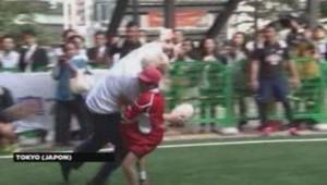 Boris Johnson met KO un enfant pendant un match de rugby au Japon