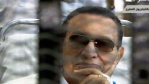 Image de la TV égyptienne montrant Hosni Moubarak le 13 avril 2013 pour son second procès.