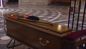 TF1/LCI Le cercueil de l'abbé Pierre est exposé à la Chapelle du Val-de-Grâce (23 janvier 2007)